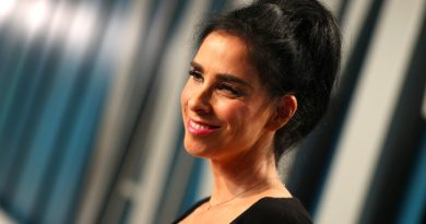 Sarah Silverman screams in encouragement for NYC health workers leaving their hospital shift